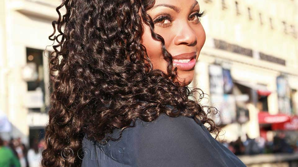 Thelma Okoro Wearing Curly Addiction 3B Hair Extension In France